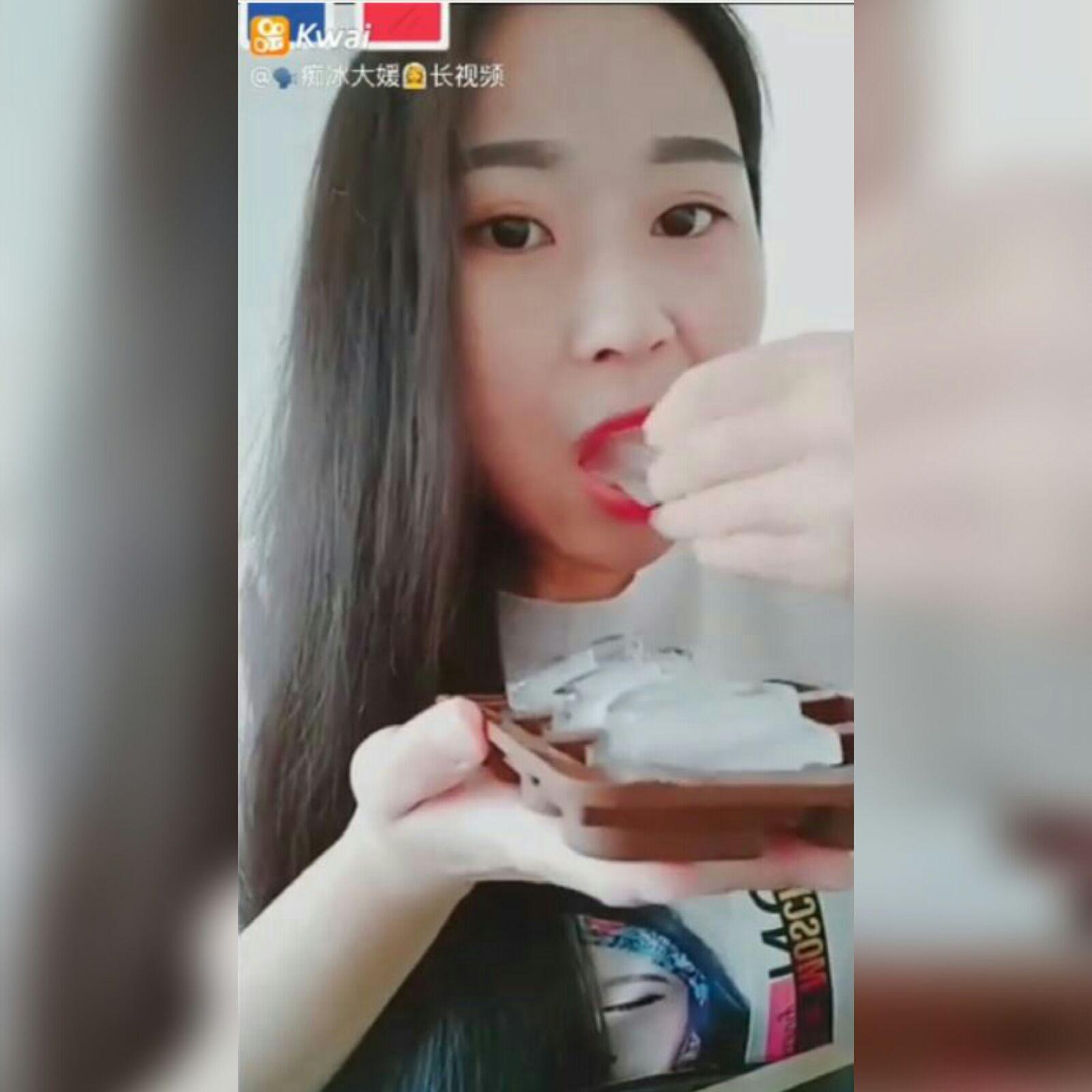 Los chinos enloquecen por verse en las redes sociales comiendo hielo