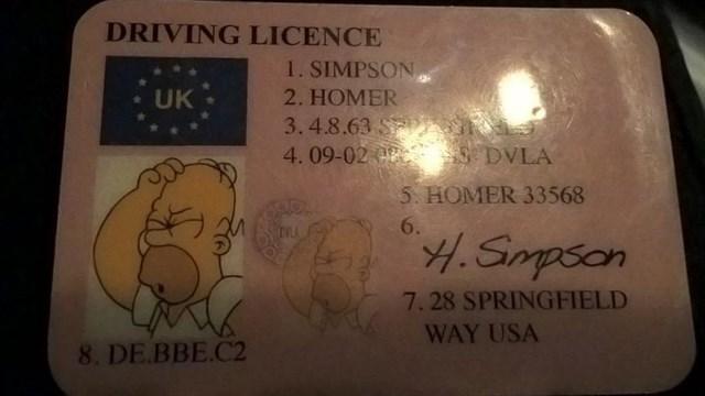 Detienen a un conductor con el carné de Homer Simpson